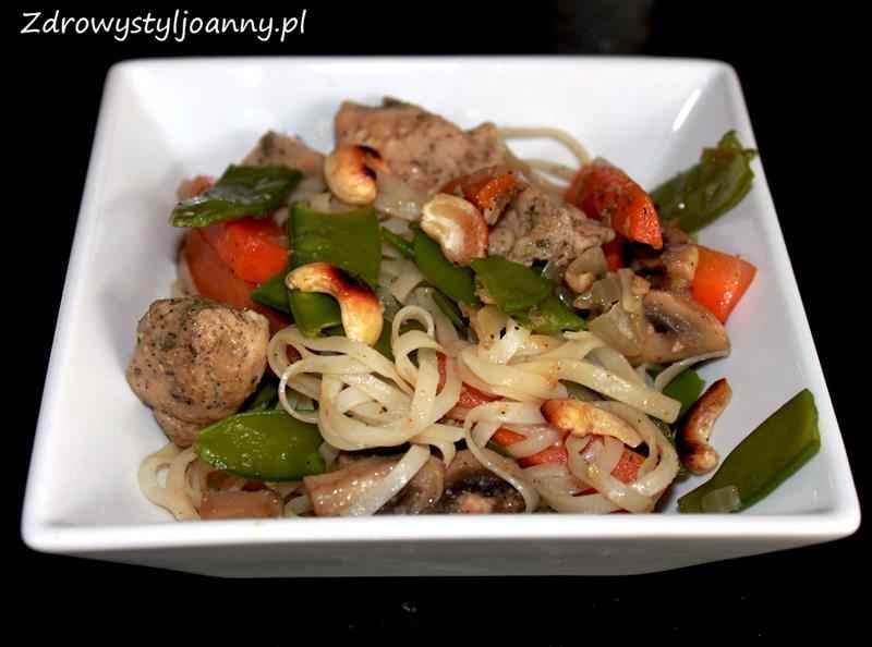 Pyszny kurczak z warzywami i makaronem ryżowym zdrowy styl joanny, makaron z warzywami, makaron z mięsem, orzechy, pomysł na obiad, fit obiad, dietetyczny obiad, pieczarki, szparagi