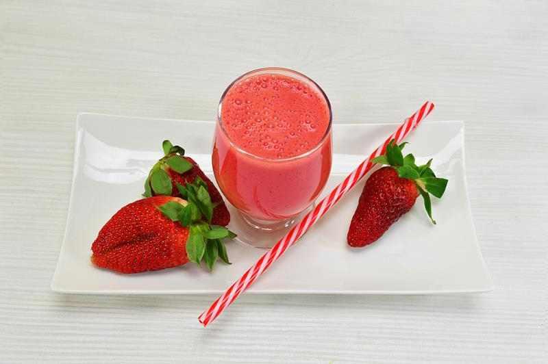 Zdrowy, czerwony koktajl. Koktajl truskawkowy z awokado, awokado, truskawki, koktajl, dietetyczny koktajl, fit koktajl, smoothie, czerwone smoothie, zdrowy styl joanny, zdrowy styl życia, fit przepisy