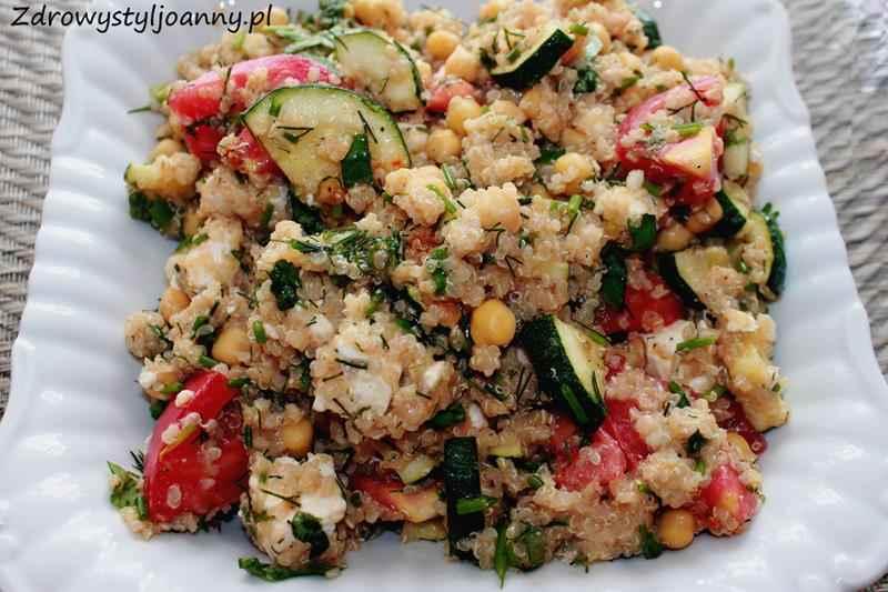 sałatka z kaszą quinoa, zdrowa sałatka, cicierzyca, sałatka z ciecierzycą, wegańska salatka, wegetariańska sałtka, cukinia, ser feta, sałatka z fetą, zdrowy styl joanny