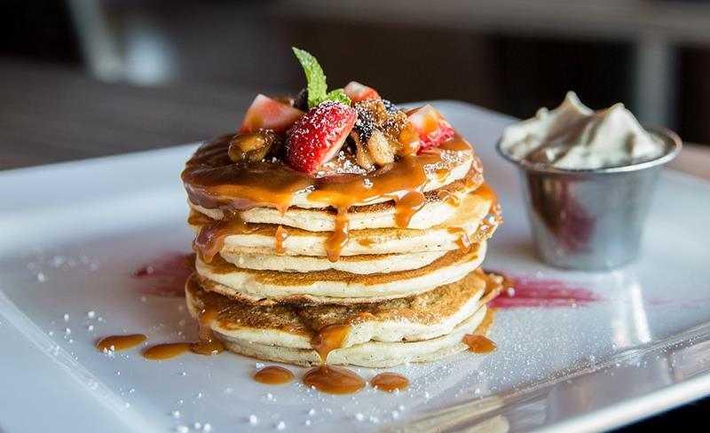 Placki z sosem karmelowym i owocami, placuszki, karmel, owoce, zdrowe placki, dietetyczne placki, przepis na placki, zdrowy styl joanny