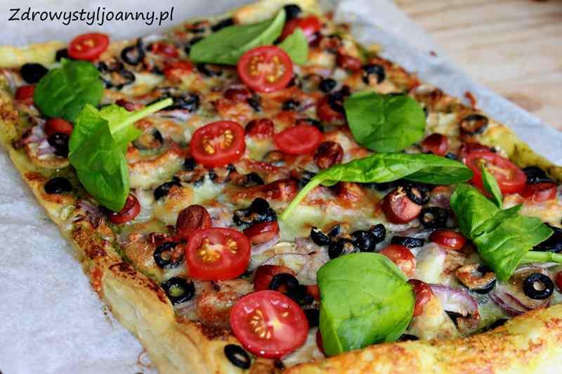 pizza na cieście francuskim , pesto, pomidory, domowa pizza, fit pizza, dietetyczna pizza, oliwki, mięso, ser żółty, cebula, szpiank, smaczna pizza, domowa pizza, przepis na pizzę, zdrowy styl joanny