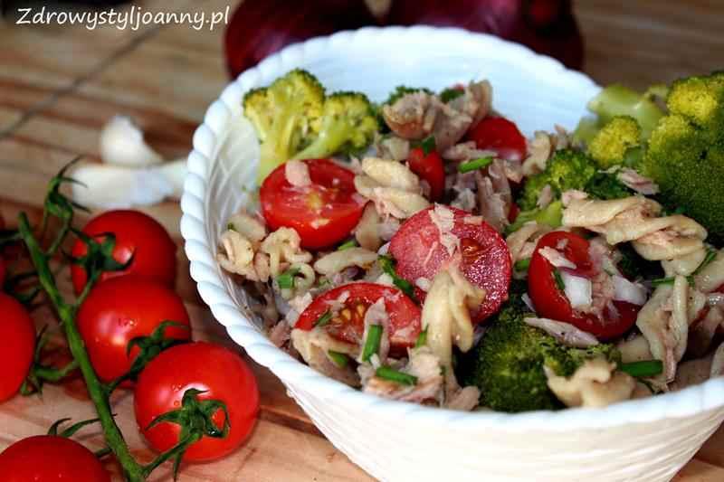 ałatka z tuńczykiem, makaronem i brokułemi. brokuł, tuńczyk, makaron, pomidory, sałaka z makaronem, sałatka z brokułem, sałatka z tuńczykie, zdrowy styl joanny