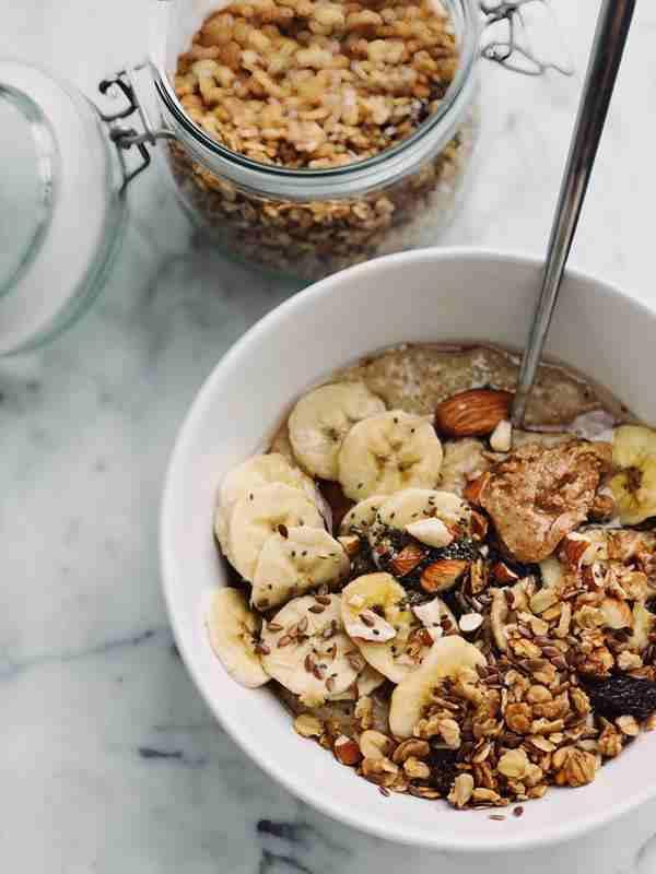 Owsianka z marchewką i ziarnami. płatki owsiane, zdrowa osianka, zdrowe śniadanie, banan, płatki owsiane na śniadanie.orzychy, pestki słonecznika, pestki dyni, wiem co jem. zdrowy styl joanny, zdrowy styl życia