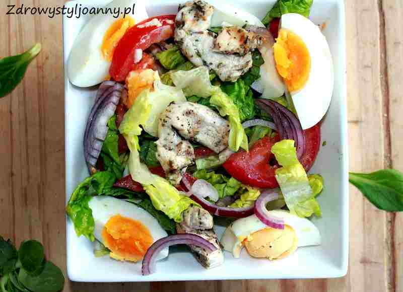Sałatka z kurczakiem i jajkiem. kurczak, sałata rzymska, zdrowa sałatka, fit sałatka, dietetyczna sałatka, czerwona cebula, jajka, sałatka z jajkami, sałatka z kurczakiem, sałatka z pomidorami, pomidory, zdrowa dieta, zdrowy styl joanny,