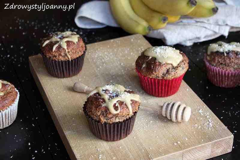 Babeczki z płatkami owsianymi i masłem orzechowym. masło orzechowe, fit babeczki, dietetyczne babeczki, zdrowe babeczki, zdrowe muffinki, fit muffinki, dietetyczne muffinki, muffinki, muffiny, przepis na babeczki, przepis na muffinki, płatki owsiane, babeczki owsiane, muffinki owsiane, banany, babeczki bananowe, muffinki bananowe, zdrowy styl joanny, syrop klonowy, babeczki bez cukru, muffinki bez cukru, domowe babeczki, domowe muffinki