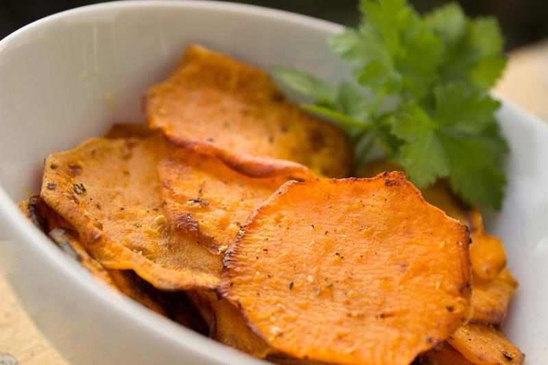 Domowe chipsy ze słodkiego ziemniaka. bataty, słodkie ziemniaki, ziemniaki, domowe chipsy, zdrowe chipsy, chipsy z batatów, wiem co jem, zdrowy styl joanny, przekąska, fit przekąska, dietetyczna przekąska, dieta