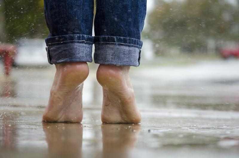 Domowe sposoby na potliwość stóp. śmierdzące stopy, co robić gdy stopy śmierdzą, nadmierna potliwość stóp dłoni, ocet jabłkowy, mąka kukurydziana, domowy talk, zdrowy styl joanny, świeże stopy,