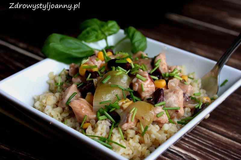 Ryż z kurczakiem i warzywami. fit obiad, dietetyczny obiad, ryż z kurczakiem, warzywa z ryże, zdrowy obiad, pyszny obiad, cebula, kukurydza, czerowna fasola, ryż, szczypiorek, przepis na fit obiad, szybki obiad, zdrowy obiad,