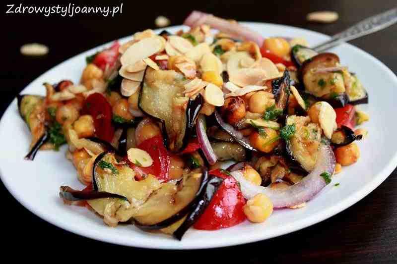 Sałatka z bakłażanem i ciecierzycą. bakłażan, ciecierzyca, smaczna sałatka, zdrowa sałatka, zdrowy styl joanny, dietetyczna sałatka, zdrowa sałatkapłatki migdałowe, czerwonacebula, przepis na sałatke, pomidory, wiem co jem, dieta, redukcja, odchudzanie