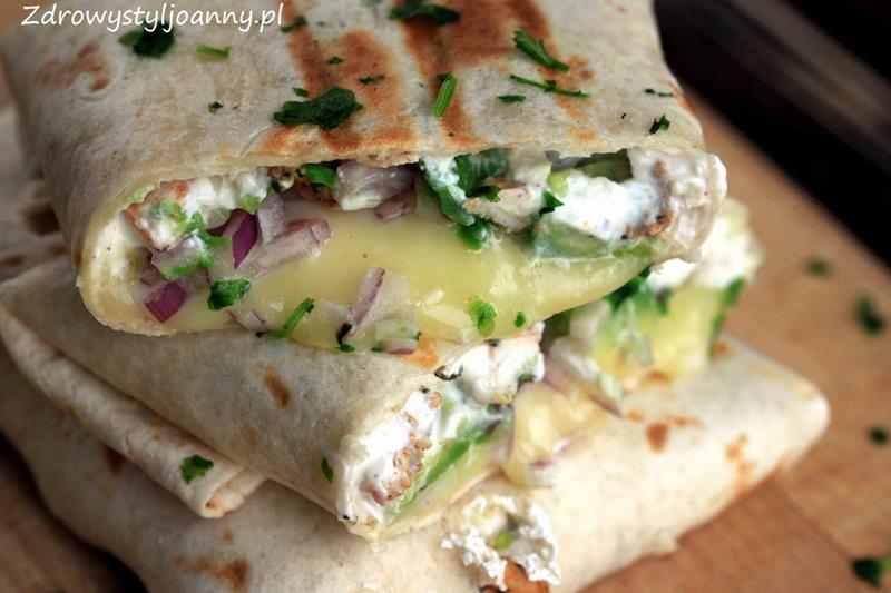 Burrito z kurczakiem i awokado. sos jogurtowy, czosnek, cebula, ser, ser mozzarella, fit obiad, smaczny obiad, przepis na burrito, torilla, kurczak, mieso, zdrowy styl joanny, dieta, dietetyczny obiad