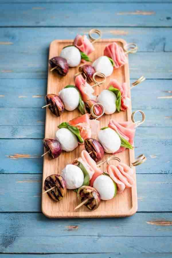 Koreczki imprezowe z szynką parmeńską, figami i serem mozzarella. poczęstunek, szaszłyki, ser mozzrella, szynka parmeńska, bazylia, fit przekaska, zdrowa przekąska, imprezowa przekąska, figa, zdrowy styl joanny, przekaska na imprezę