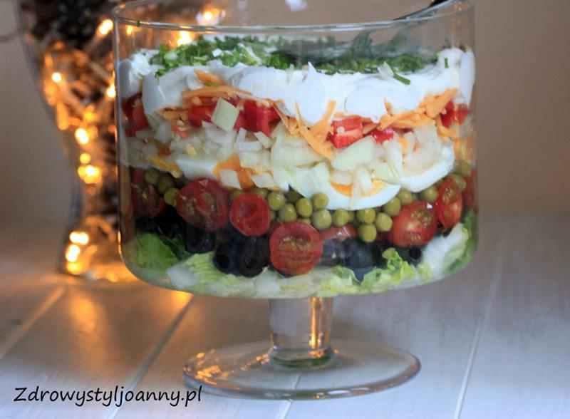 Pyszna sałatka warstwowa. oliwki, papryka czerwona, pomidory, sałata rzysmak, groszek, jajka, majonez, jogurt grecki, cebula, szczypiorek, ser, fit sałatka, dieteyczna sałatka, zdrowa sałatka, świąteczna sałatka, zdrowy styl joanny, zdrowe przepisy, fit przepisy, pyszna sałatka, smaczna sałatka, przepis na sałatkę warstwową, wiem co jem
