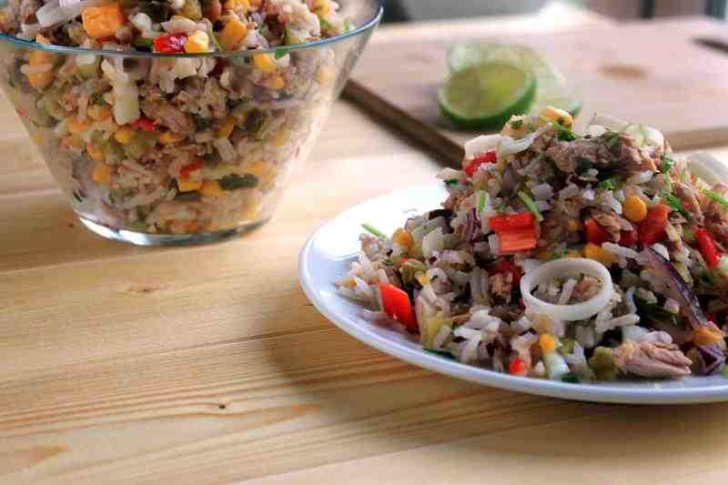 Sałatka z ryżem i tuńczykiem. ryż, tuńczyk, ogórek, smaczna sałatka z tuńczykiem, sałatka z ryżem, fit sałatka, przepis na fit sałatkę, przepis na dietetyczną sałatkę, zdrowa sałatka, dieta, redukcja, papryka, por, cebula, zdrowy styl joanny, dieta,