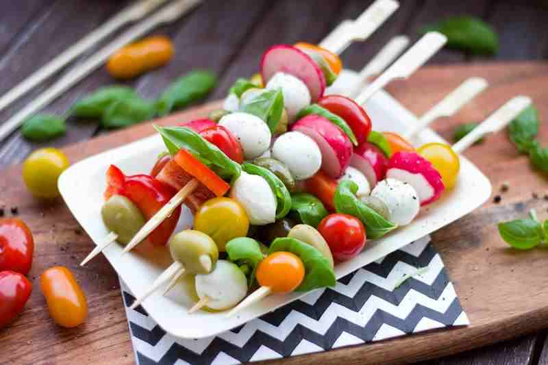 Wegetariańskie koreczki imprezowe. Smaczna i zdrowa przekąska. wegetariańskie jedzenie, koreczki z warzyw, mozzarella, pomidory, pomidory koktajlowe, bazylia, szpinak, rzodkiewka, szaszłyki, oliwki, fit przekąska, dietetyczna przekaska, zdrowa przekąska, zdrowy styl joanny, wiem co jem, zdrowe jedzenie, redukcja, przekaska na imprezę
