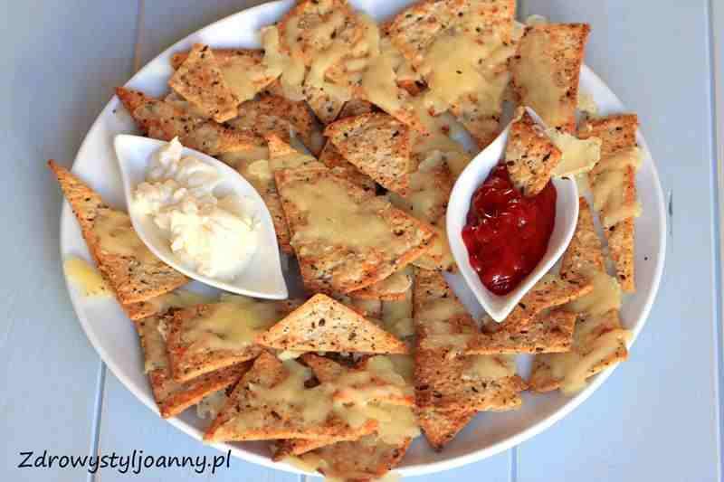 Domowe serowe chipsy z tortilli Domowe nachos. smaczna przekąska, fit chipsy, dietetyczne chipsy, serowe chcipsy, chipsy dla dzieci, zdrowa przekąska, fit przekąska, zdrowy styl joanny, zdowe nachos, fit nachos, serowe nachos, wiem co jem, sos, przekąska na imprezę.