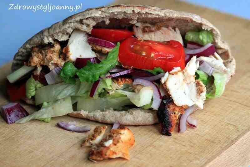 Domowy kebab z piekarnika. Dietetyczny kebab. domowy fast food, kebab, fit kebab, zdrowy kebab, chlebek pita, dietetyczny kekab, przepis na kebab, zdrowe przepisy, pomidor, cebula, sałata, warzywa, wiem co jem, zdrowy styl joanny,