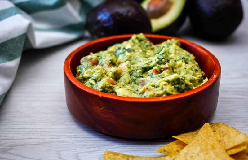 Przepis na domowe guacamole. Pasta z awokado. dip do warzy, sos do warzyw, awokado, pomidory, ostra papryczka, łatwy przepis, pyszne guacamole, wiem co jem, zdrowe guacamole, pasta z warzyw, zdrowy styl joanny, zdrowa przekaska, kolendra, właściwości kolendry, czosnek, cebula
