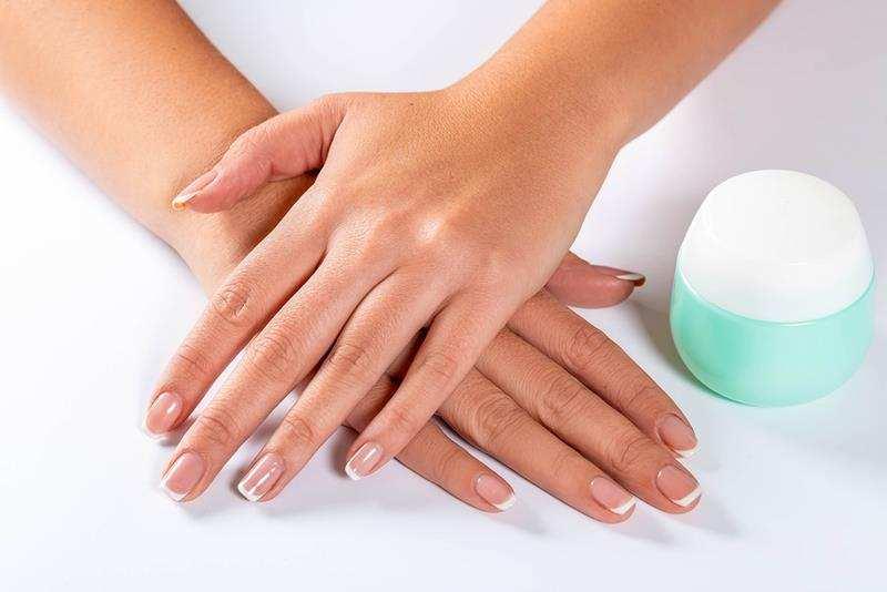 Domowe sposoby na gładkie dłonie. domowe zabiegi na dłonie, piekne dłonie, zadbane dłonie, maseczki na dlonie, peelingi na dłonie, zadbana skóra rąk, piękne dłonie, jak dbać o skórę rąk, aksamitna skóra rąk, zdrowy styl joanny, dłonie, peeling na dłonie, peeling cukrowy