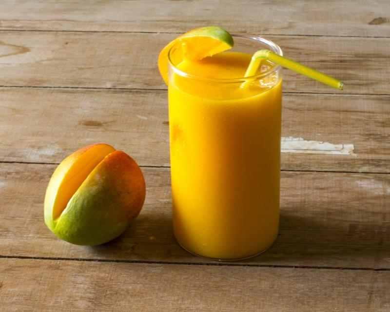 Koktajl z mango, płatków owsianych i imbiru. imbir, cynamon, odpornościowy koktajl, koktakjl na wzmocnienie odporności, mango, żółty koktajl, smaczny koktajl, przepisy na koktajl, fit przepisy, zdrowe przepisy, sniadaniowy koktajl, mleko roślinne, kurkuma, zdrowy styl joanny, dieta, redukcja, smoothie, przepis na smoothie