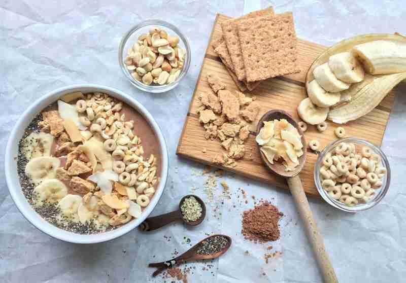 Śniadaniowa miska smoothie z masłem orzechowym i bananem. banany, miska smoothie, śniadanie, fit śniadanie, zdrowe śniadanie, masło orzechowe, zdrowe śniadanie, dietetyczne śniadanie, dieta, redukcja, zdrowy styl joanny, chia, nasiona chia, miska smoothie, koktajl