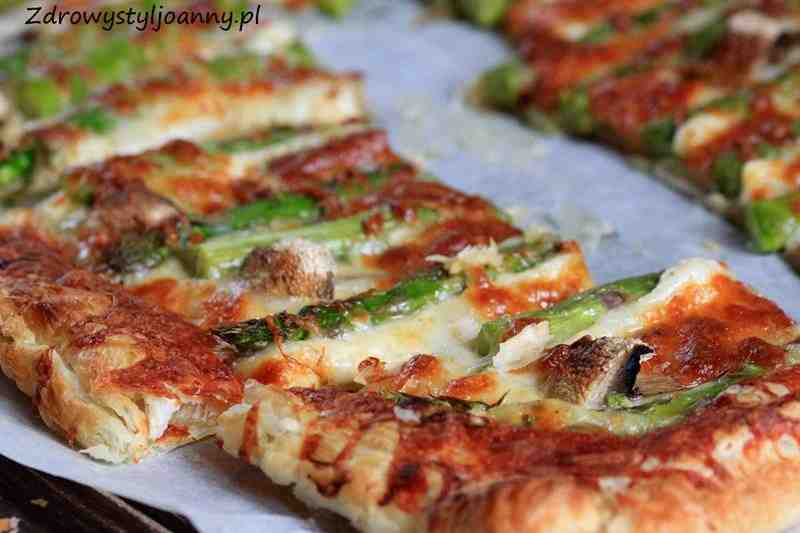 Ciasto francuskie ze szparagami. przekaska, fit przekąska, dietetyczna przekąska, zdrowa przekąska, szparagi, ciasto francuskie, dieta, redukcja, odchudzanie, ser, ser mozzarella, fit przekaska, dietetyczna przekaska, przekąska na ciepło, przekaska na zimno, pizza, zdrowy styl joanny