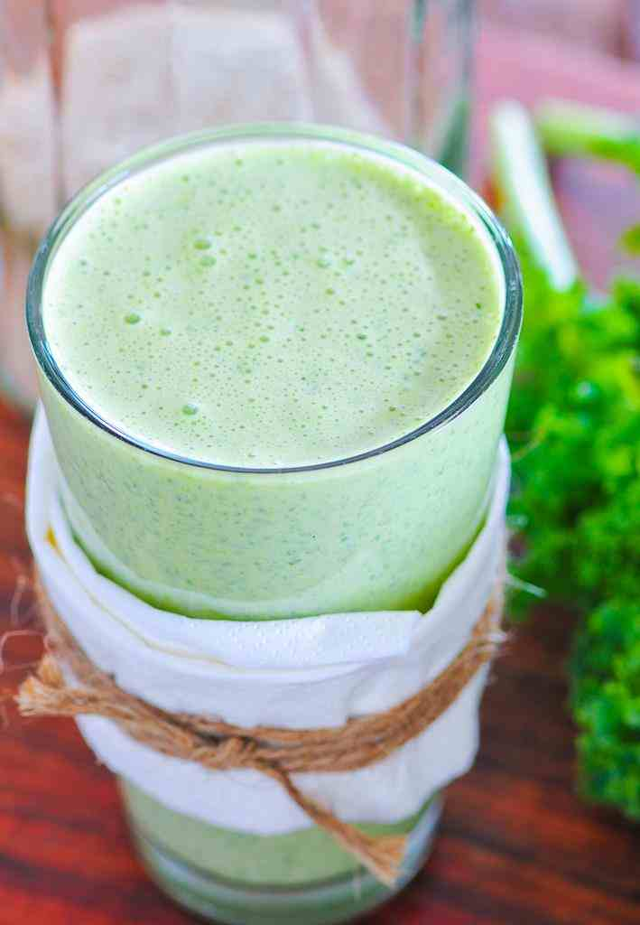 Koktajl z ananasem i jarmużem. banan, zielony koktajl, kefir, woda kokosowa, zdrowy koktajl, śniadanie, zdrowe śniadanie, pyszne śniadanie, zdrowy styl joanny, przepis na koktajl, przepisy na koktajle, smoothie, jarmuż, dieta, redukcja, koktajl z bananem, koktajl z jarmużem, koktajl z ananasem, dieta, zdrowa dieta