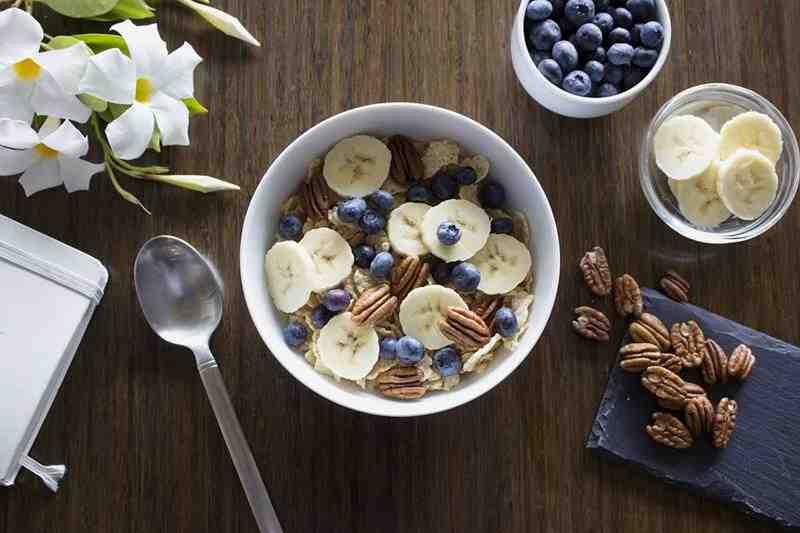 Owsianka z orzechami i bananem. banan, jagody, płatki owsiane z orzechami, płatki owsiane z bananem, zdrowe śniadanie, pyszne śniadanie, przepis na zdrowe śniadanie, wiem co jem, dieta, redukcja, esencja z wanilii, orzechy pekan, jogurt naturalny, płatki kokosowe,, redukcja