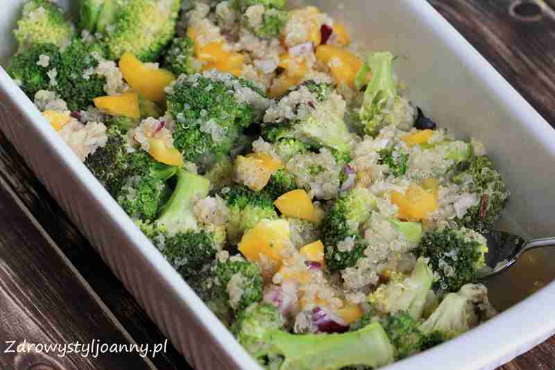 Pieczony brokuł z papryka i kaszą quinoa. komosa ryżowa, pieczne warzywa, pieczona sałatka, zdrowa sałatka, fit sałatka, wiem co jem, zdrowy styl joanny, dieta, redukcja, odchudzanie, brokul, papryka, cebula, quinoa, przepis na sałatkę,