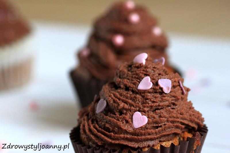 Pyszne babeczki z czekoladowym kremem ganache. jak zrobic krem ganache, krem czekoladowy, mleczko kokosowe, zdrowe babeczki, fit babeczki, wiem co jem, muffinki, zdrowe muffinki, przepis na muffinki, zdrowe słodycze, domowe wypieki, dieta, redukcja, gorzka czekolada, aksamitny krem, delikatny krem czekoladowy, redukcja, zdrowy styl joanny, wanilia, wegańskie babeczki, wegańskie muffinki, wegetariańskie słóodycze, wypieki, domowe wypieki, fit przepisy, dietetyczne przepisy