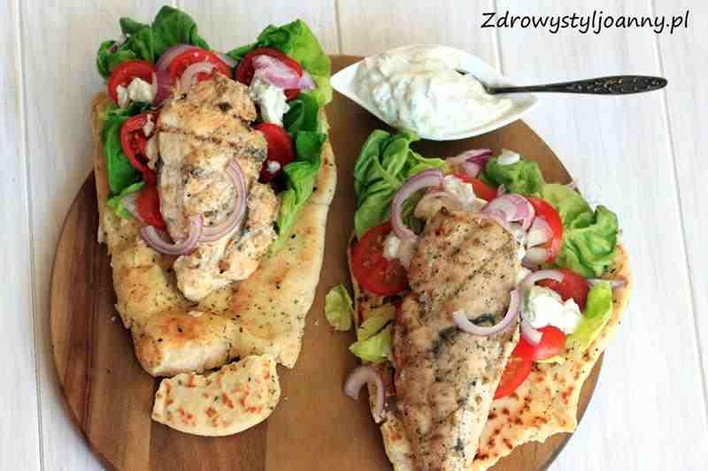 Chlebek pita z kurczakiem i warzywami. Sos tzatziki, czosnek, limonka, pomidory, sałata, pita, chlebek pita, cebula, oregano, obiad, szybki obiad, zdrowy obiad, fit obiad, dietetyczny obiad, dieta, redukcja, przepis na fit obiad, przepis na zdrowy obiad, przepis na szybki obiad, zdrowy styl joanny, pita, jogurt grecki, pierś z kurczaka, kurczak, pomidor,
