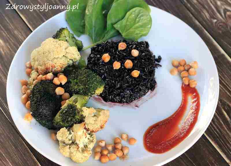 Miska Buddy z ciecierzycą, kalafiorem i brokułem. wegański obiad, wegetariański obiad, białko, kalafior, cieciorka, brokułk, fit obiad, dietetyczny obiad, zdrowy obiad, zdrowy styl joanny, dieta, redukcja, białko, ryż, szpinak, odchudzanie, fit przepisy, dietetyczne przepisy