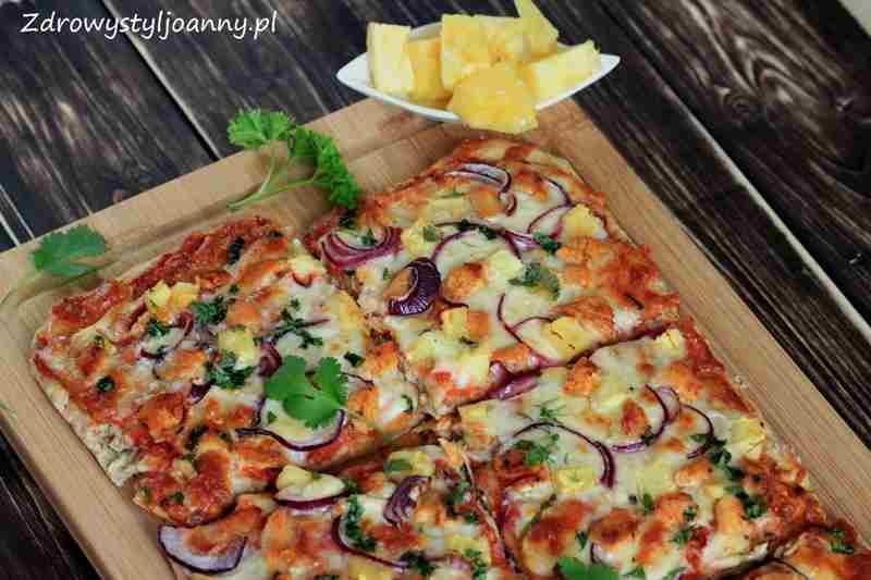 PIZZA HAWAJSKA, smaczna pizza, przepis na pizzę hawajską, zdrowa pizza, fit pizza, obiad, fot obiad, dietetyczna pizza, wiem co jem, pizza z ananasem, cebula, czerona cebula, ser, ser mozzarella, kolendra, fit przepisy, dieteyczne przepisy, blog kulinarny, blogerka kulinarna, zdrowy styl joanny,