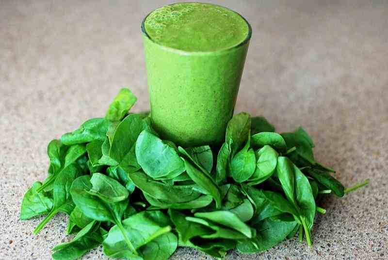 Proteinowe zielone smoothie ze szpinakiem i bananem. smoothie, zielone smoothie, szpinak, jabłko, smoothie z jabłkiem, banan, smoothie z bananem, dieta, przepis na smoothie, przepisy na smoothie, zdrowy styl joanny, dieta, redukcja, zielone smoothie, woda kokosowa, smoothie z wodą kokosową, koktajl, zielony koktajl, koktajl ze szpinakiem, bialkowy koktajl, proteinowy koktajl, proteinowe smoothie