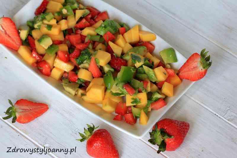 Sałatka z truskawkami, mango i awokado. sałatka owocowa, papryka, mango, awokado, truskawki, natka pietruszki, kolendra, sałatka owocowo warzywna, miód, fit sałatka, soczysta sałatka, przepis na sałatkę na lato, letnia sałatka, dietetyczna sałatka, sałatka z truskawkami, sałatka z mango, sałatka z papryką, dietetyczna sałatka, zdrowa sałatka, zdrowy styl joanny, wiem co jem, redukcja, owoce, warzywa, sałatka z awokado,