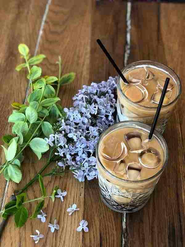 Domowa mrożona kawa waniliowa z cynamonem. cynamon, wanilia, kawa z cynamonem, kawa z wanilia, zimna kawa, mrożona kawa, kawa na upał, orzeźwiająca kawa, chłodna kawa, pyszna kawa, jak zrobic kawę mrozoną, kawa mrożona, zdrowa kawa, napój kawowy, zdrowa kawa, zdrowy styl joanny, zdrowa kawa, kawusia, kawka, dieta, pyszna kawa,