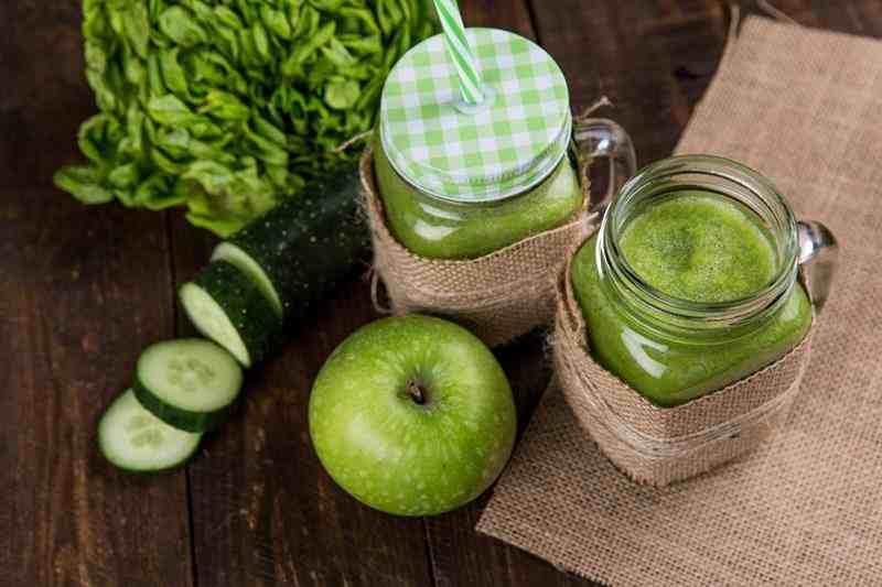 Smoothie z jabłkiem, śliwką i ogórkiem. jabłko, śliwka, śliwki, jabłka, ogórek, smoothie z ogórkiem, smoothie ze śliwką, smoothie z jabłkkiem, smoothie bez nabiału, odchudzające smoothie, odchudzający koktajl, zdrowa dieta, blog kulinarny, zdrowy styl joanny, fit przepisy, dietetyczne przepisy, zielone smoothie, przepisy na smoothie, przepisy na koktajle,