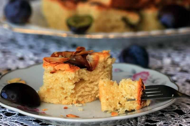 Ciasto ze śliwkami. przepis na ciasto ze śliwkami, dietetyczne ciasto, smaczne ciasto, ciasto z owocami, przepis na ciasto z owocami, dieta, redukacka, odchudzanie, puszyste ciasto ze śliwkami, śliwki, płatki migdałowe, migdały, zdrowy stl joanny, dieta, fit przepisy,