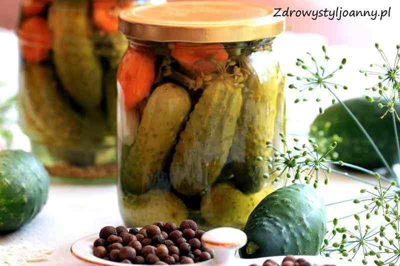 Ogórki w zalewie octowej. domowe przetwory, ogórki na zimę, przetwory, gorczyca, koper, marchewka, ogórki, czosnek, weki, ogórki na zimę, ogórki w occie, ogórki korniszone, przepis na ogórki w occie, przekaska, do sałatki, do obiadu, zdrowa dieta, zdrowy styl joanny, smaczne ogórki, pikle, blog kulinarny, influencer, fit przepisy, smaczne przepisy, zdrowe przepisy,