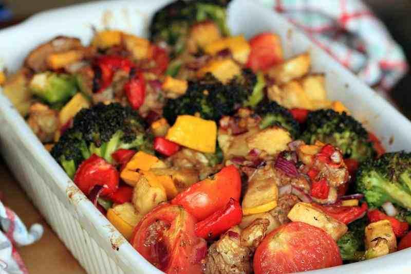Pieczone warzywa z mięsem. brokuł, cukinia, papryka, cebula, imbir, mięso, pierś z kurczaka, fit obiad, dietetyczny obiad, smaczny obiad, zdrowy obiad, szybki obiad, pomysl na obiad, pieczony obiad, danie jednogarnkowe, zdrowy styl joanny, pieczone warzywa, blog kulinarny, fit przepisy, zdrowe przepisy, dieta, redukcja