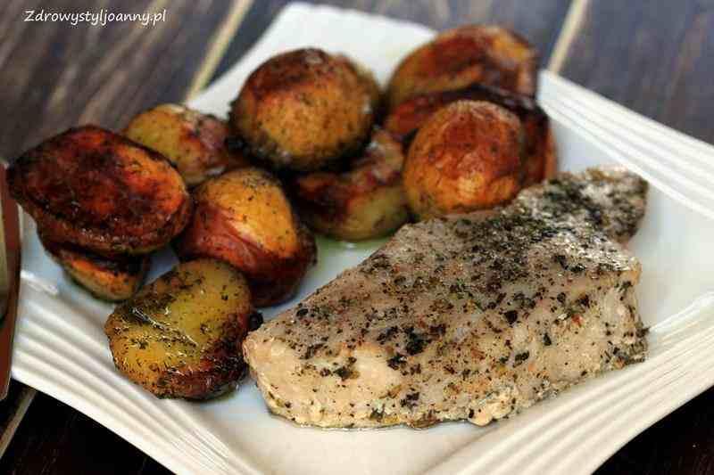 Pieczony tuńczyk z ziemniakami. fit obiad, zdrowy obiad, smaczny oiad, dietetyczny obiad, ziemniaki, pieczone ziemniaki, tuńczyk, pieczony tuńczk, ryba, pieczona ryba, smaczny obiad, zdrowy styl joanny, zdrowa dieta, influencer, blog kulinarny, przepisy, smaczne przepisy, bazyli, czosne, oregano, zioła, przyprawy