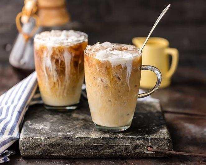 Mrożona kawa z lodami. mleko migdałowe, lody, kawa z lodami, właściwości mleka migdałowego, kawa, kawa sypana, kawa rozpuszczalna, kawka, kawusia, napój orzeźwiający, blog kulinarny, stylizacja jedzenia, blogerka, fit przepisy, zdrowe przepisy, influencer polska, na lato, kawa z mlekiem, lody, przepis na mrożoną kawę, kostki lodu,