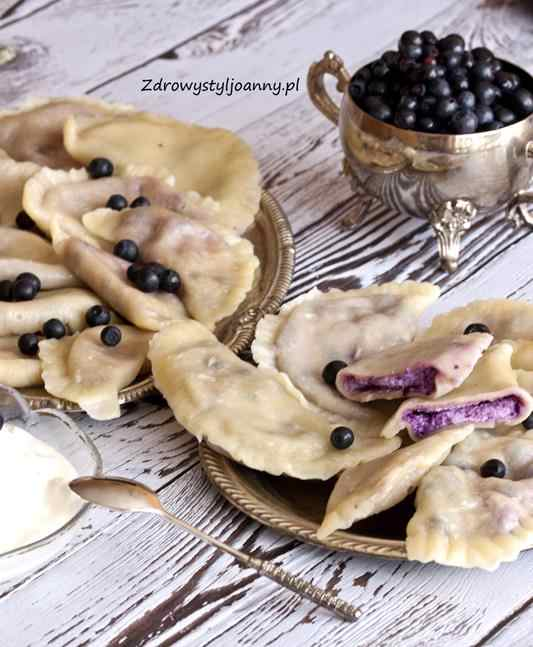 Pierogi z serem i jagodami. przepis na pierogi, pierogi z twarogiem, pierogi z jagodami, pierożki, domowe pierożki, fit pierogi, przepis na pierogi, jagodowe pierogi, właściwości jagód, właściwości twarogu, dieta, redukcja, obiad, pomysł na obiad, fit, obiad, zdrowy obiad, deser, jagody, twarozek, dla dzieci, zdrowy styl joanny, blogerka, fotografia kulinarna, stylizacja jedzeina,, jem zdrowo, influencer polska, blog kulinarny,