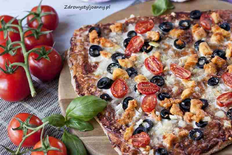 Pizza z kurczakiem i oliwkami. domowa pizza, przepis na pizze, fit pizza, oliwki,cebula, czosnek, bazylia, pomidory, ser, pizza z mięsem, zdrowy styl joanny, blog kulinarny, fotografia jedzenia, stylizacja jedzenia, obiad, pomysł na obiad, smaczny obia, pizza, fit pizz, dietetyczna pizza, odchudzanie, dieta, redukcja, influencer, influencer polska,