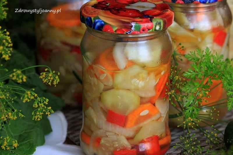 Sałatka z ogórków i marchewki do słoików na zimę. marchewka, cebula, czosnek, papryka, ocet, zalewa octowa, warzywa, weki, przetwory na zimę, pikle, zapast na zimę, sałatka do słoików, sałatka do słoika, warzywa. sałatka warzywana na zimę, fit sałatka, dietetyczna sałatka, blog kulinarny, blogerka kulinarna, zdrowa dieta, redukcja, odchudzanie, fit jedzenie, zdrowe przepisy, zdrowy styl joanny, na zimę, influencer polska, stylizacja jedzenia, fotografia kulinarna,