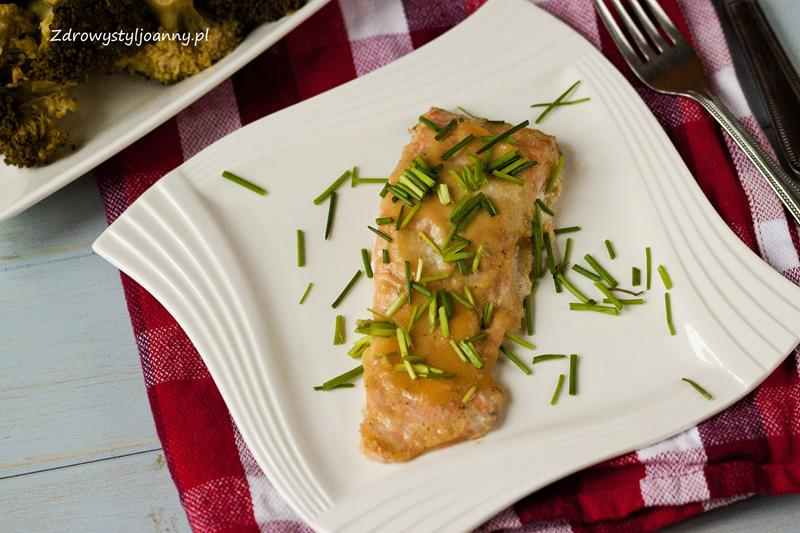 Pieczony łosoś w sosie imbirowym. sos sojowy, pomysł na obiad, szybki obiad, ryba na obiad, łosoś, szybkie przepisy, fit przepisy, blog kulinarny, influencer, stylizacja jedzenia, fotografia kulinarna, szczypiorek, sos imbirowy, marynata imbirowa, imbir, właściwości imbiru, jablko, wlaściwości jablka, zdrowy styl joanny, redukcja, odchudzanie, kwasy tłuszczowe, dietetycznie, zdrowo, pomysł na obiad
