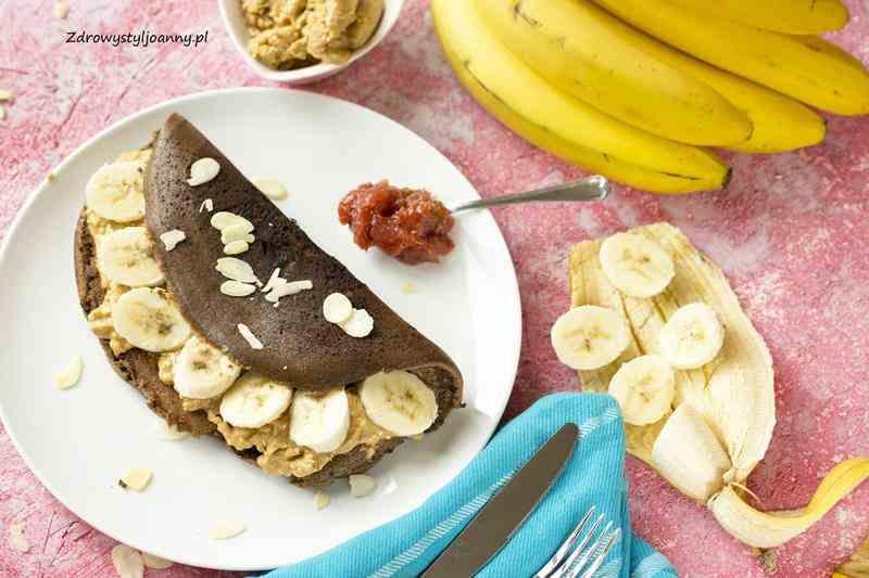 Czekoladowy omlet z bananem i masłem orzechowym. banany, banan, właściwości bananów, masło orzechowe , właściwości masła orzechowego, czekoladowy omlet, omlet ryżowy, omlet z maki ryżowej, fit omlet, przepis na omlet, omlet na słodko, zdietetycznie, zdrowa dieta, śniadanie, śniadnie na słodko, zdrowy styl joanny, fotografia kulinarna, stylizacja jedzenia, blog kulinarny, wiem co jem, płatki mogdałowe, jedzenie, na słodko