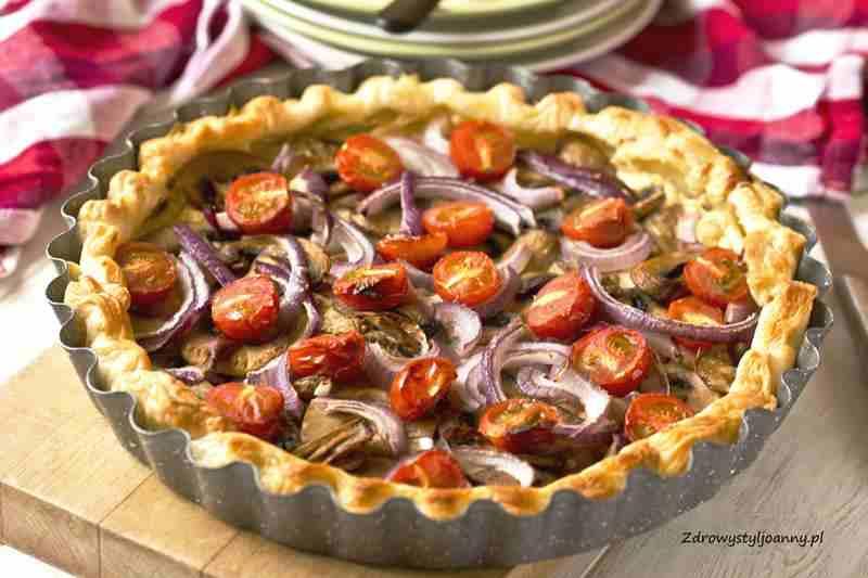 warzywa, Tarta z pieczarkami i pomidorami. ciasto francuskie, pomidory, właściwości pomidorów, cebula, czosnek, obiad, pomysł na obiad, szybki obiad, szybka tarta, pieczarki, właściwości pieczarek, bez mięsa, serek śmietankowy, fotografia kulinarna, stylizacja jedzenia, wiem co jem, wiem co dobre, poysł na obiad, influencer polska, blog kulinarny, blogerka kulinarna, zdrowy styl jaonny,
