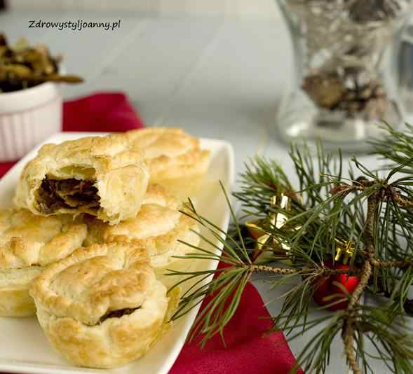 Wigilijne babeczki z kapustą i grzybami. babeczki wegańsie, babeczki bez mięsa, przepisy na Boże Narodzenie, przepisy wigilijne, ciasto francuskie, farsz z kapusty i grzybów, muffinki wigilijne, porawy na wigilię, przppisy, fit przepisy, smaczne potrawy na wigilię, zdrowy styl joanny, blog kulinarny, blogerka, influencer polska, blog, stylizacja jedzenia, fotografia kulinarna, święta, potrawy na święta,