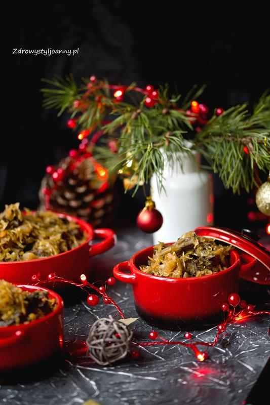 Kapusta wigilijna z grzybami. wegański bigos, kapusta, kapusta kiszona, potrawy wigilijne, fit bigos, grzyby, grzyby suszone, marchewka, właściwości marchewki, bigosik, wigilia, Boże Narodzenie, świateczne potrawy, potrawy bożonarodzeniowe, zdrowy styl joanny, stylizacja jedzenia, fotografia kulinarna, wiem co jem, smacznie, przepisy, influencer polska, blogerka, blog kulinarny, zdrowy styl joanny,