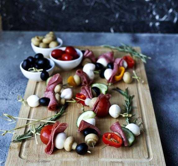 Koreczki imprezowe z salami. na imprezę, koreczki, przekąska, przekąski, fit przekąski, zstylizacja jedzenia, fotografia kulinarna, jem zdrowo, papryka, ogórek, pomidory, cebula, pieczarki, przystawka, rozmaryn, mozzarella, kulki mozzarelli, poysl na koreczki, oliwki, właściwości oliwek, blog kulinarny, blogerka kulinarna, blogerka, zdrowy styl joanny, fit przepisy, przepisy, jem zdrowo, influencer polska, jedzonko, szaszłyki, salami, kiełbasa,